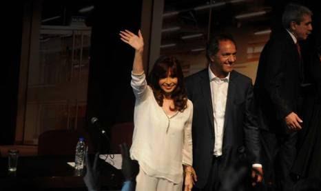 Cristina, jao lado do presidenciável Scioli, nesta sexta-feira. (Foto: Néstor García)