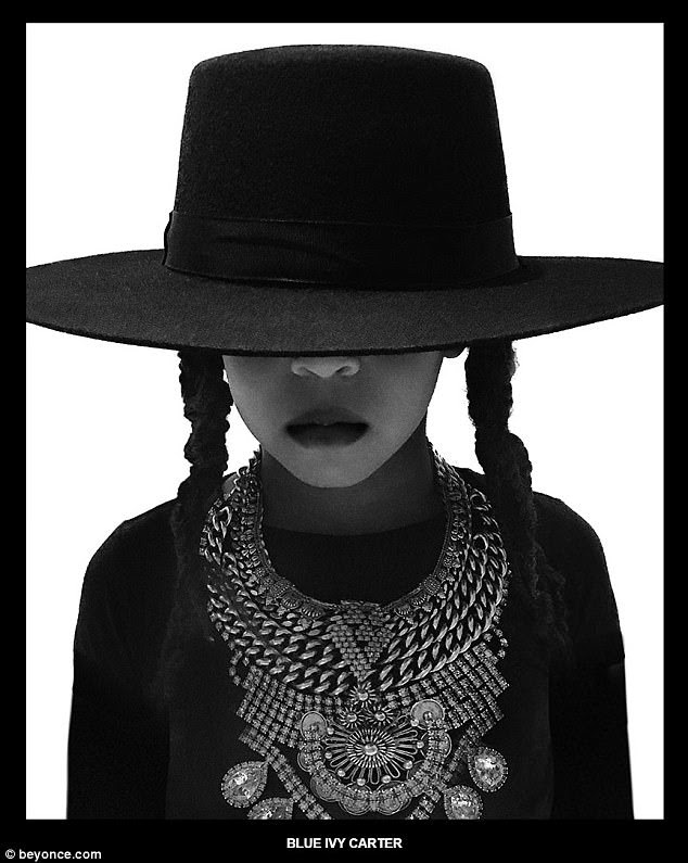 """Clássico: a filha mais velha do cantor, Blue Ivy Carter (acima), foi incluso incluída na sessão de fotos que recriou o olhar agora icônico da mãe de seu videoclipe """"Formação"""""""