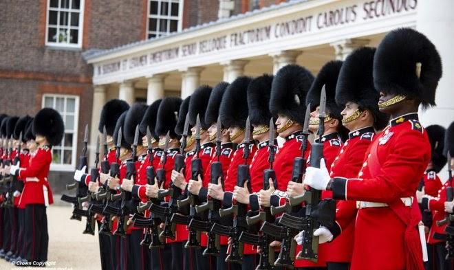 Почему британские гвардейцы носят такие странные шапки