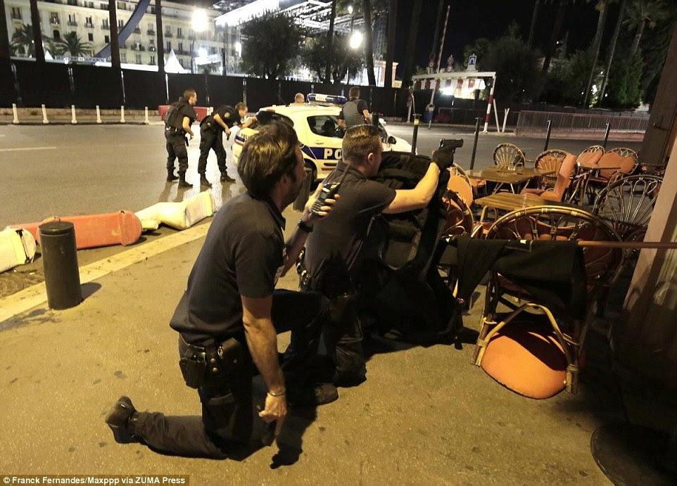 Policiais armados tomaram posições durante o ataque temendo havia terroristas adicionais na área como o agressor foi morto a tiros