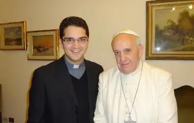 El Padre Gleison de Paula Souza con el Papa Francisco