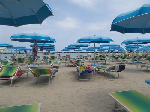 Svuotamento della spiaggia by Ylbert Durishti