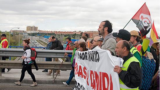 La cabecera cruza la M40 por la Avenida de la Albufera. (© Foto: PABLO VELASCO / Vallecasweb.com)