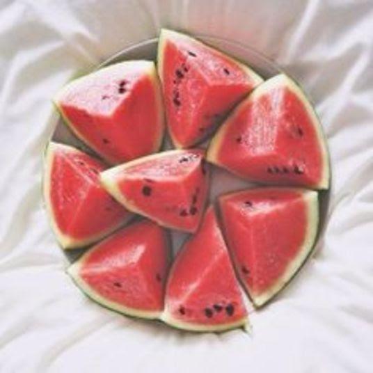 Ajudam na cicatrização Rica em vitamina C, a melancia ajuda a melhorar o sistema imunológico. Esta vitamina é conhecida por ajudar na cicatrização e na prevenção do dano celular. O colágeno também só existe com a presença da vitamina no corpo. Ou seja, a fruta ajuda mesmo a combater a flacidez da pele e te deixa com a pele lisinha