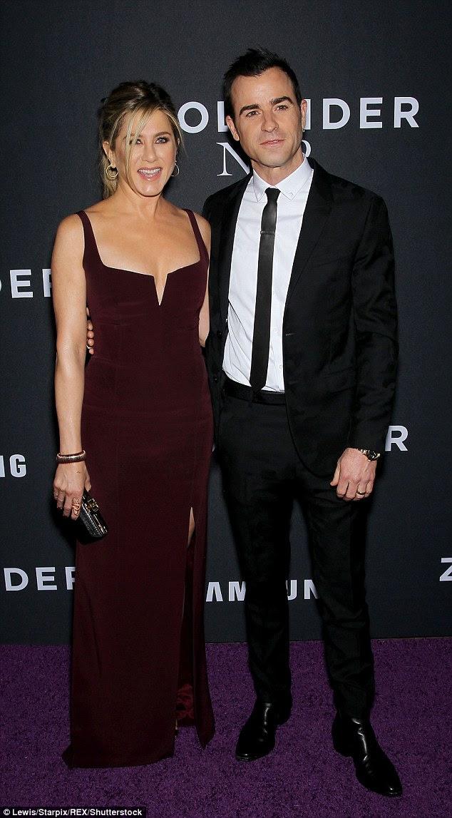 Um jibe?  O marido de Jennifer Aniston Justin Theroux parece ter tomado um soco bem escondido na atriz muito famosa primeiro marido Brad Pitt