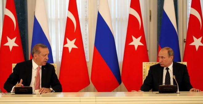 El presidente turco, Recep Tayyip Erdogan, y su homólogo ruso, Vladímir Putin, ofrecen una rueda de prensa conjunta durante su encuentro en el Palacio Konstantinovsky en Strelna a las afueras de San Petersburgo. EFE/Anatoly Maltsev