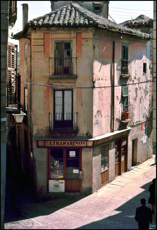 Tienda de Casa Dueñas en Pozo Amargo esquina Santa Isabel en Toledo en 1968. Fotografía de John Fyfe