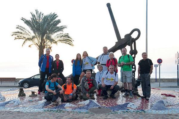 Los saguntinos posan con participantes del camino. EPDA