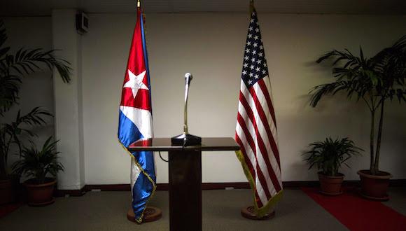 Las banderas de Cuba y EEUU en la sala del Palacio de las Convenciones, durante la primera ronda de conversaciones Cuba-EEUU. Foto: Ramón Espinosa/ AP