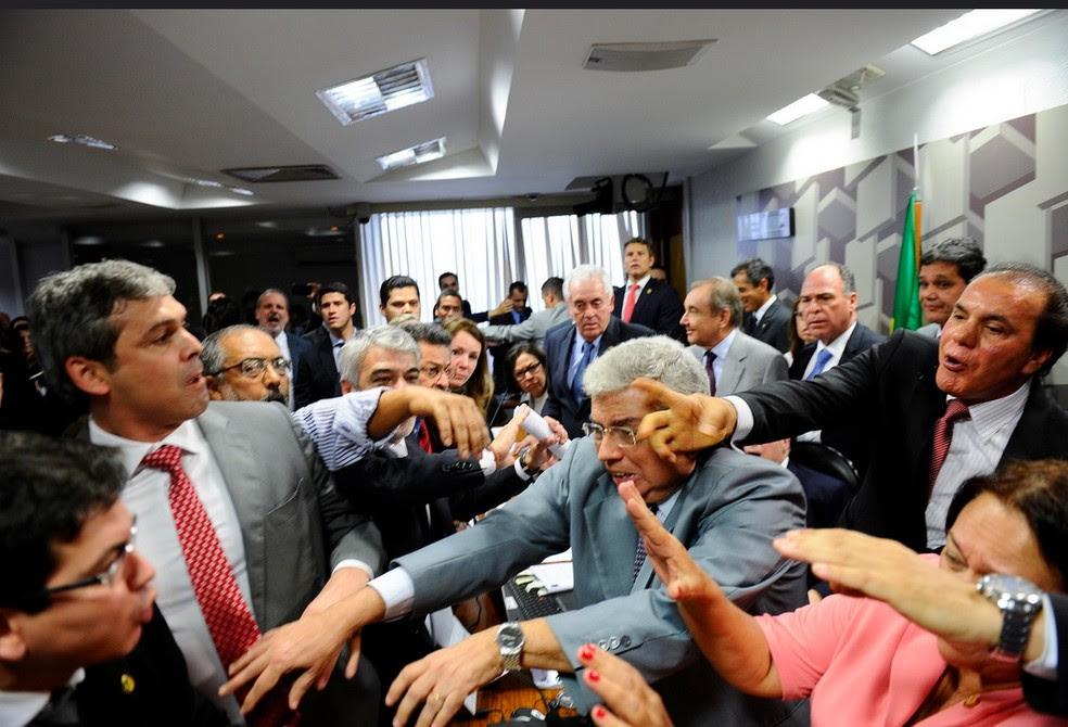 Confusão na sessão da CAE que analisava o parecer de Ricardo Ferraço sobre a reforma trabalhista (Foto: Marcos Oliveira/Agência Senado)