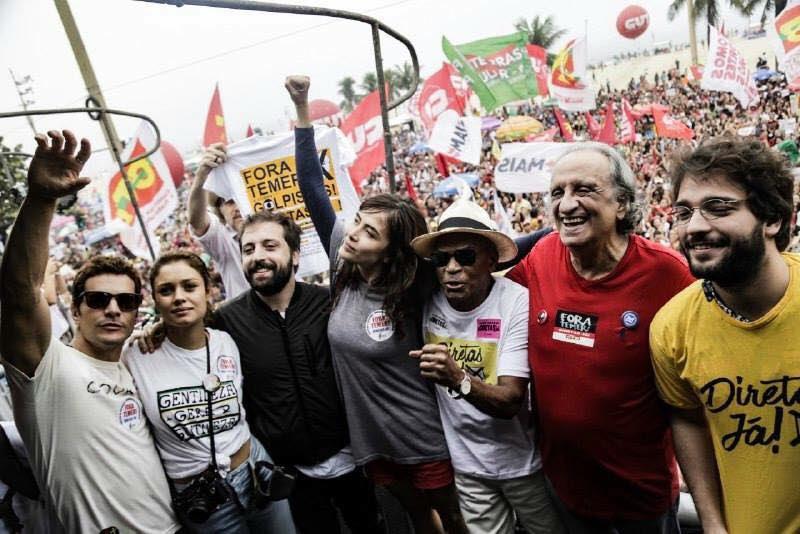 Wagner Moura, Gregório Duvivier e atores e artistas globais em Copacabana, em ato por Diretas Já e Fora Temer