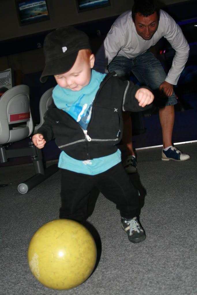 Per Tore sender pasning til Kevin... synd det er bowlingkule og ikke ball... Au!