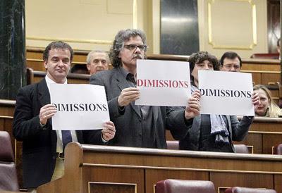 Los diputados de ERC Alfred Bosch (1i), Joan Tardá y Teresa Jordá exhibieron carteles de 'Dimisión' en el Congreso.