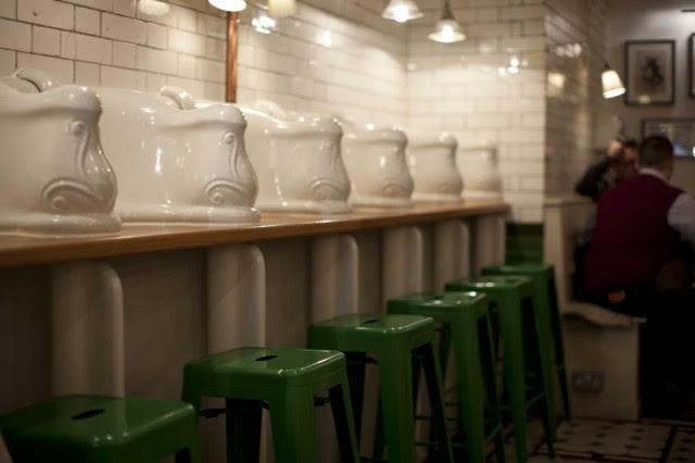 Attendant-Cafè-Londra-bancone