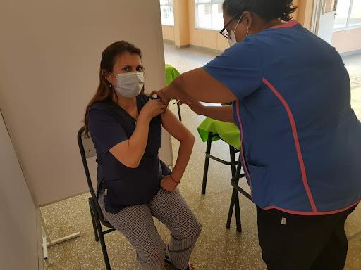 Arrancó la vacunación y la directora del hospital fue la primera en aplicarse la segunda dosis