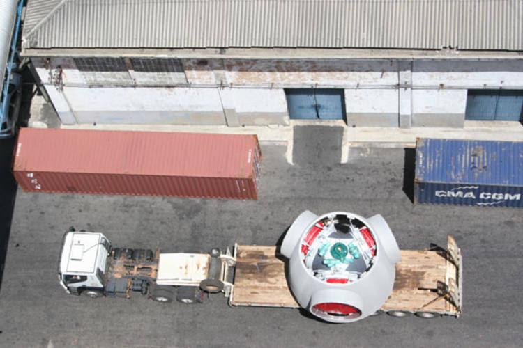 Transporte do porto até o local de montagem é feito por carretas