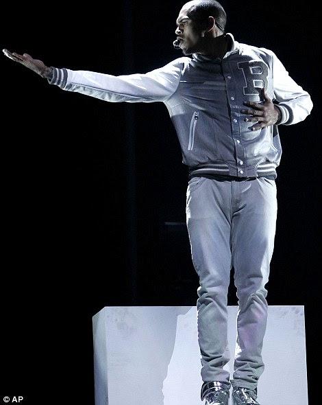 Voltar para a ribalta: Dois anos depois de perder o Grammy Awards após abusar fisicamente então namorada Rihanna, o cantor Chris Brown se apresenta na cerimônia