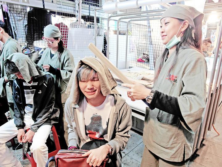 typicalben trying massage Shilin Night Market
