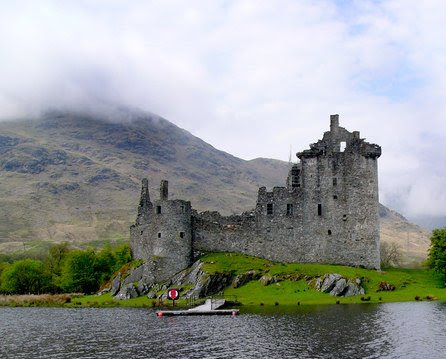 File:Kilchurn Castle from the boat.jpg