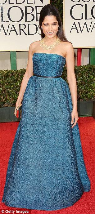 Que suportam seu material: Freida Pinto optou por um vestido azul-petróleo Prada coloridas, enquanto