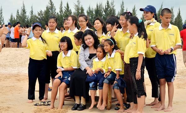 Cô Hướng Dương, giám đốc Thư Viện Sách Nói Cho Người Mù, cùng các học sinh khiếm thị.