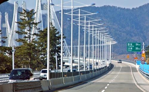 거가대로의 사장교 구간인 거가대교는, 거제도에서 저도를 지나 교량과 가덕 해저터널이 만나는 중죽도까지 4.5km의 노선을 가진 해상교량이다. 교량구간은 158m 높이의 2주탑과 104m 높이의 3주탑 사장교, 그리고 4구간의 접속교로 이루어져 있다.  터널인 침매함체를 육상에서 만들어 물속에 가라앉히는 공법으로 만든 다리이다. 해저약 40m 까지 바다밑을 지나간다.  맘먹고 달리면서 사진을 찍어 봤다.중간에 전망좋은 휴게소도 왕복 구간에 하나씩 있다. 육지같은 섬 거제도 안에는 관광 인프라도 상당히 많기 때문에 부산사람들의 하루 나들이로는 좋은 곳이다 .