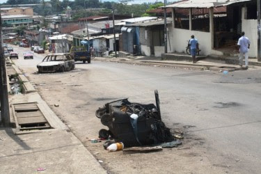 Autos quemados en Atong Abè, Libreville, tras disturbios del 2 de febrero de 2011.