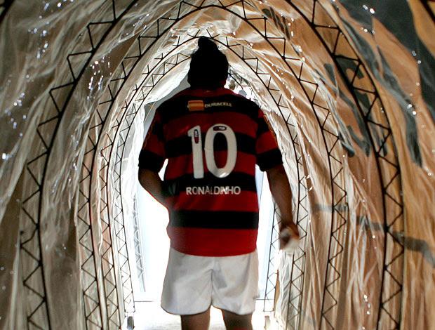 Ronaldinho Gaúcho no túnel de vestiário  (Foto: Wesley Santos  / Ag. Estado)