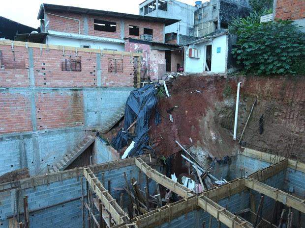 Casa desaba em Carapicuíba  (Foto: Marcos Bezerra/FUTURA PRESS/ESTADÃO CONTEÚDO)