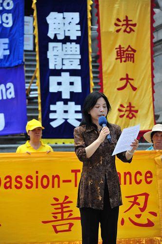 图9:七月二十日,温哥华退党服务中心方女士在集会规劝所有中国人:不要等、不要犹豫,退出中共党、团、队,选择与邪恶决裂、与善良同行。