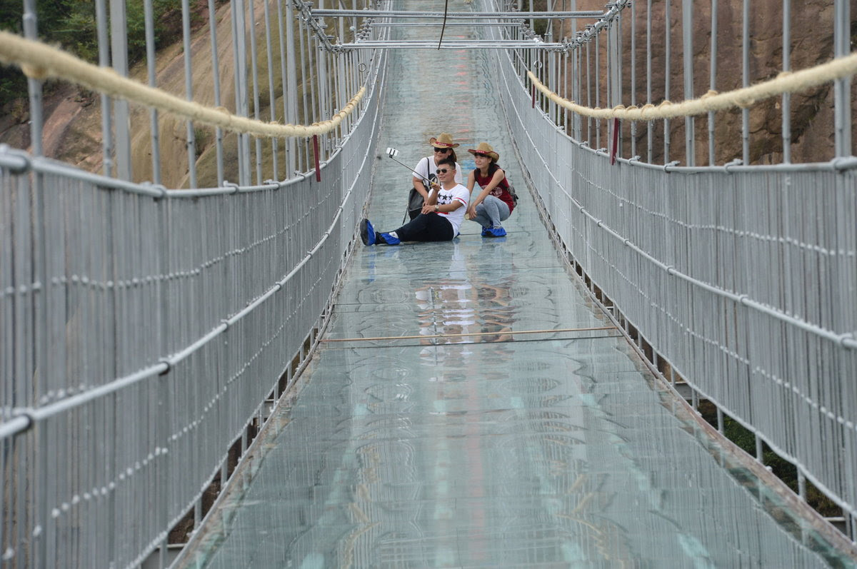 A ponte mais aterrorizante da China: 300 metros de aço e vidro transparente 08