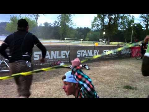 video que muestra a un hombre cayéndose con la bici en una prueba
