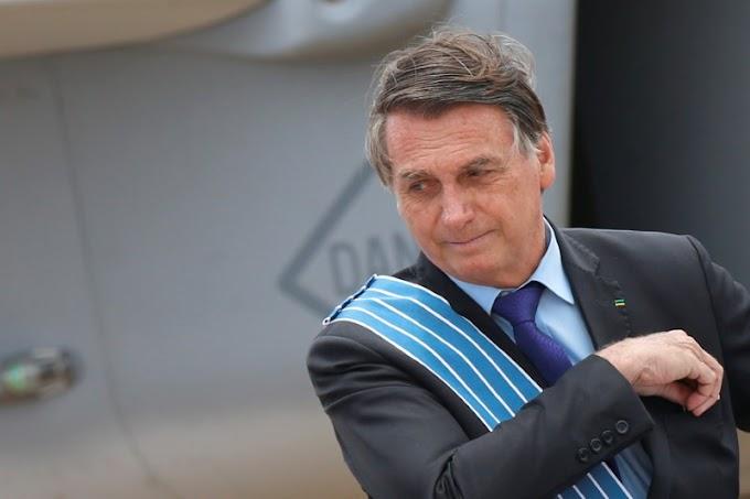 """Bolsonaro dice a los brasileños que dejen de """"lloriquear"""" tras el récord de muertes por COVID-19"""