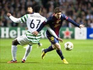 El delantero del argentino FC Barcelona, Lionel Messi (dcha), pelea por el control del balón con el Celtic, Wanyama el 7 de noviembre del 2012. EFE/Archivo