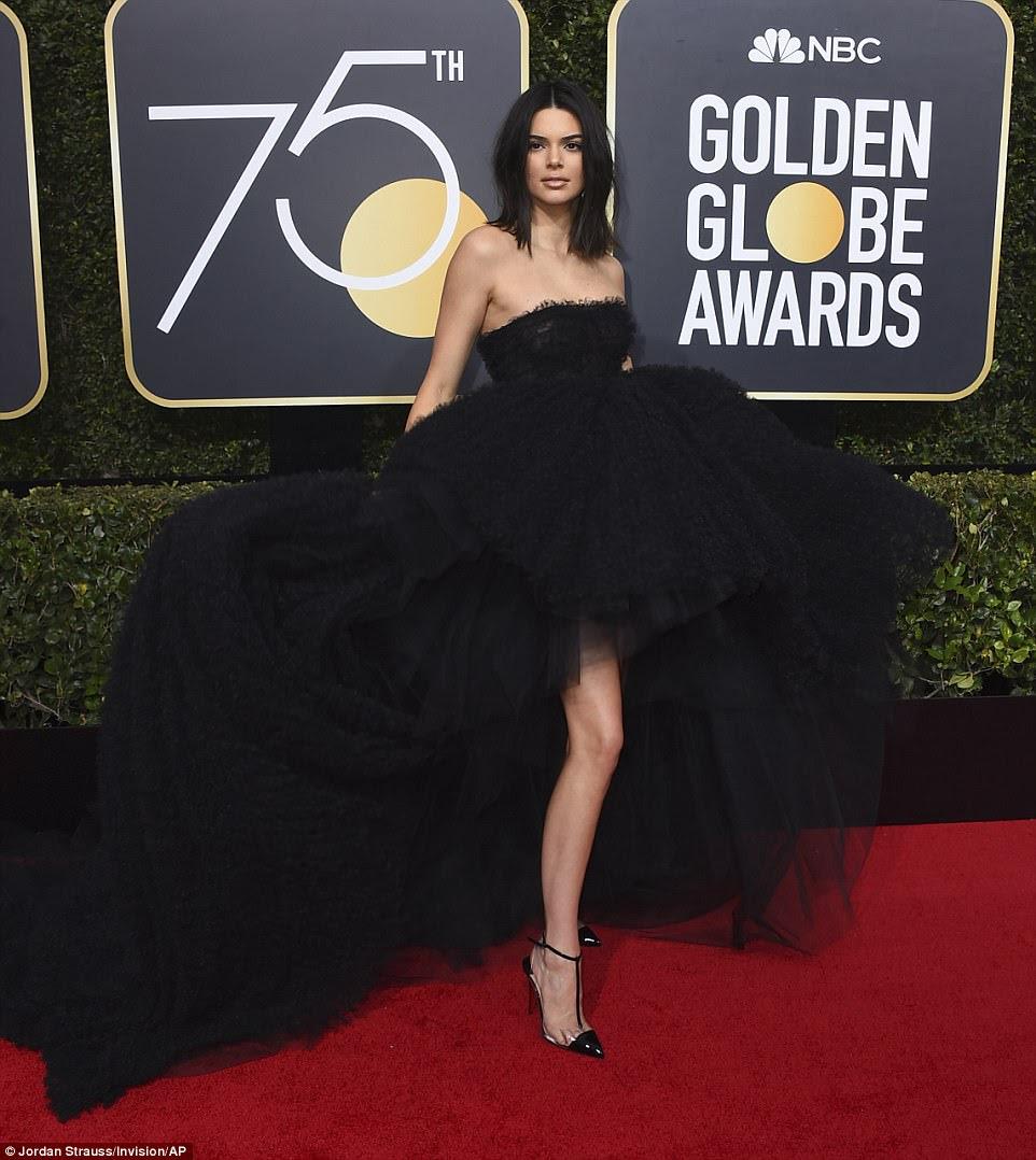 Posição modelo: Kendall Jenner (foto) e Lily James decidiram se concentrar em textura para os vestidos escolhidos este ano;  ela usava um vestido de Giambattista Valli da coleção de alta costura de outono de 2017