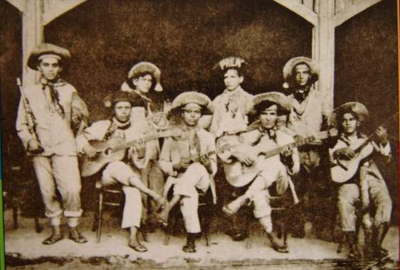 Em 1922 os Turunas Pernambucanos desembarcavam no Rio de Janeiro. Entre eles, Jararaca (o terceiro senatado à direita) e Ratinho (de pé, à esquerda, com o clarinete). pela foto podemos ver que o carioca conheceu a roupa e o imaginário dos cangaceiros ainda no início da década de 1920  - Fonte - http://mpbantiga.blogspot.com.br/