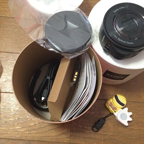 パッケージの下段にはスマホ用アタッチメントやストラップやら説明書やら、付属品が色々と。