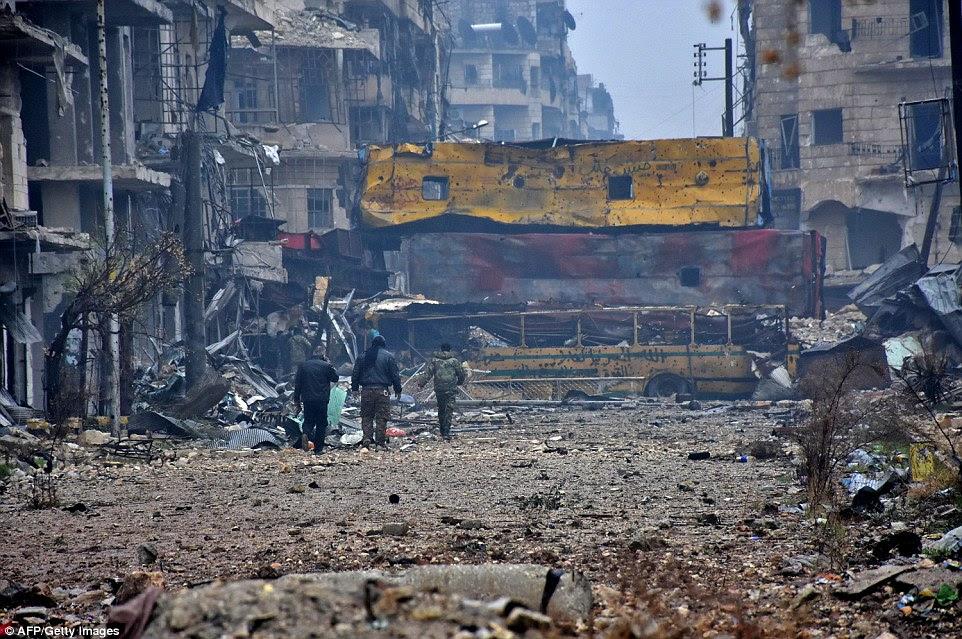 Militantes em Aleppo disse que um acordo estava em vigor com a Rússia a cessar o bombardeio na cidade desde ontem e que deve haver um cessar-fogo esta noite cheia.  Forças sírias são retratados pelo bairro Bustan al-Qasr recapturado