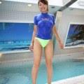 camisa azul molhada colada ao corpo