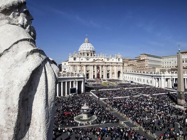 Multidão se reúne na Praça São Pedro, no Vaticano, para receber a benção do Papa Francisco neste domingo (27) de Páscoa (Foto: Angelo Carconi/ANSA via AP )