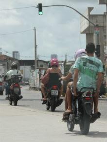 Uso do capacete é essencial até nas cinquentinhas, apesar de essas motos ainda não serem regulamentadas