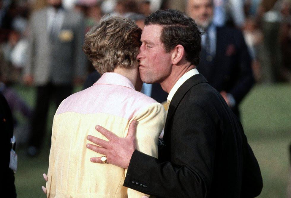 La princesa de Gales desveló en una entrevista en 1995 que en su matrimonio eran tres, en referencia a Camilla, la amante de su marido y hoy su segunda esposa. Los gestos de desafecto en público era habituales antes del divorcio.