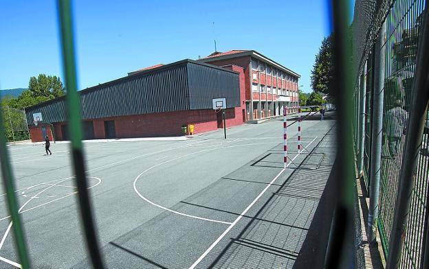 Patio del colegio Lekaenea, abierto desde mañana a los vecinos con tarjeta OTA de la zona 8. / F. DE LA HERA