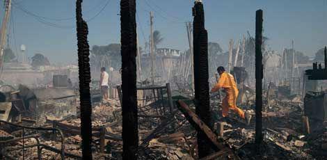 Comunidade do Plástico abriga muitas residências pobres e ficou completamente destruída / Foto: Guga Matos / JC Imagem