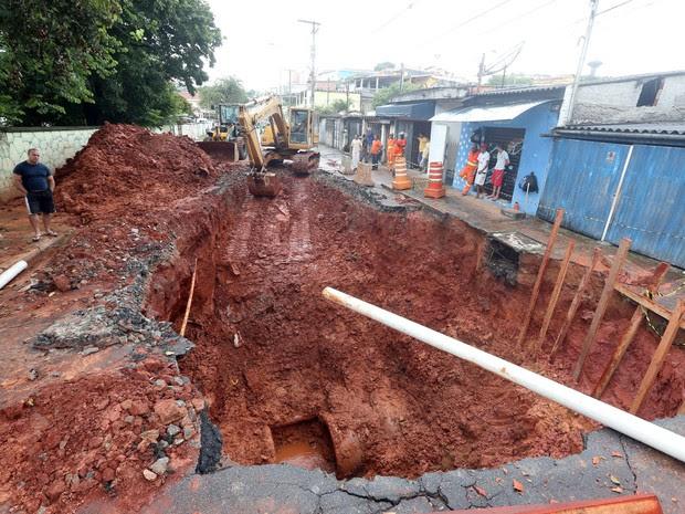 Uma cratera ameaçava as estruturas de duas residências na Rua Willis Roberto Banks, no Parque Maria Domitila, em Pirituba, nesta  segunda-feira (14). Por meio de nota, a Secretaria de Coordenação das Subprefeituras informou que no sábado (12) foram inicia (Foto: Alex Silva/Estadão Conteúdo)