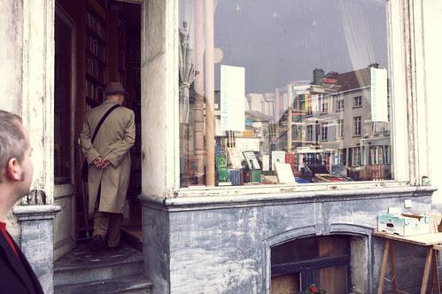 anders tittar på en man i ett antikvariat, bryssel