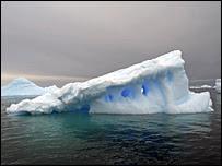 Un témpano de hielo en el mar.