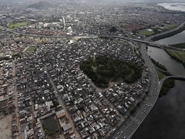 O Conjunto de Favelas da Maré, na Zona Norte do Rio em fotografia aérea feita nesta sexta (28). O complexo será ocupado neste domingo (30) numa ação conjunta das tropas federais com a polícia (Foto: Ricardo Moraes/Reuters)