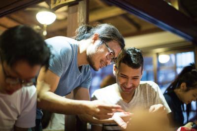 楊士毅在工作坊透過剪紙創作,和大家一起找尋生活的美好快樂。(楊士毅提供)