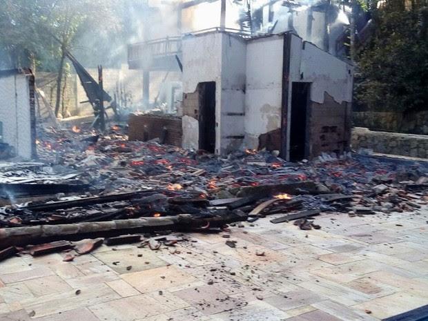 Incêndio destroi casa em São Sebastião (Foto: Divulgação/DefesaCivil)